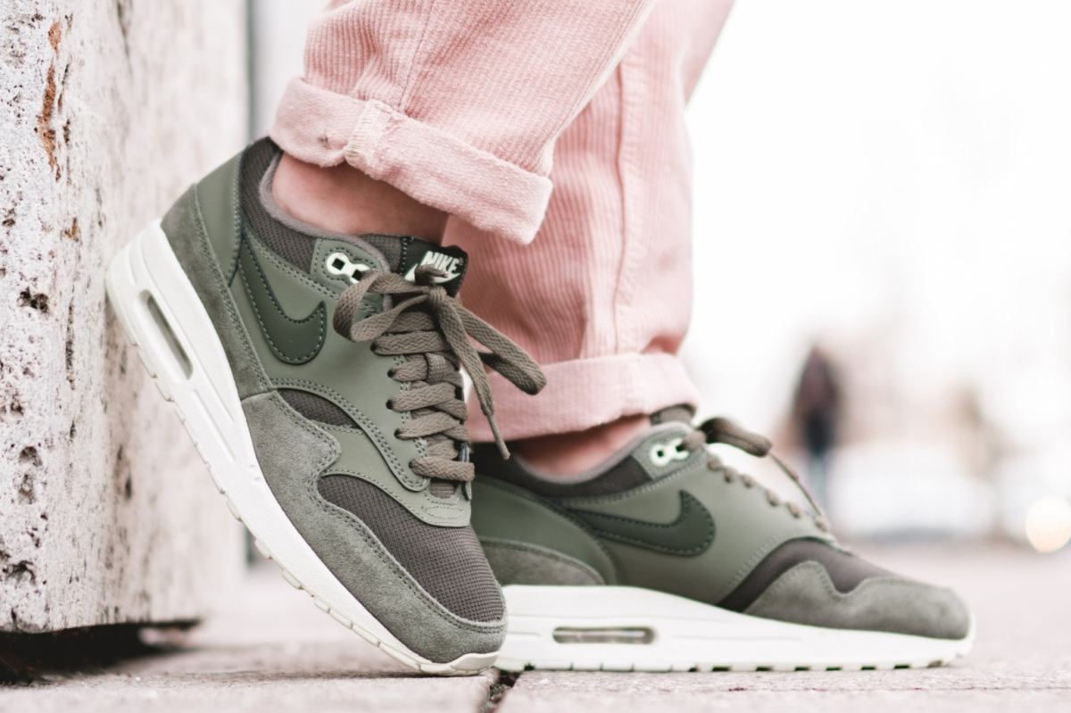 Nike Wmns Air Max 1 Olive 319986 305 Mood 1